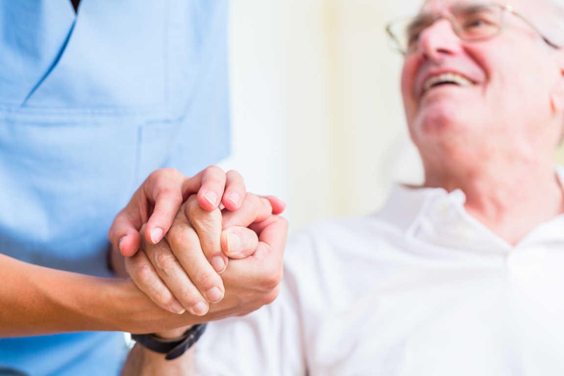 Aptitudes que debes tener para trabajar al cuidado de personas mayores